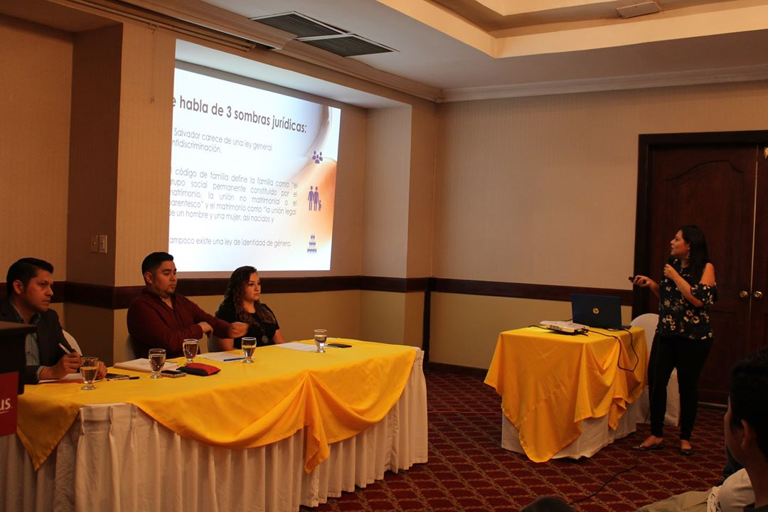 Carmen Urquilla, coordinadora del Programa Justicia Laboral y Económica de ORMUSA, realizó la presentación sobre la Importancia de la seguridad social en El Salvador.