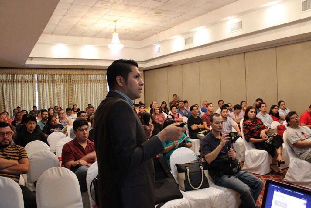 Roberto Zapata, representante de Amate El Salvador, realizó la presentación de los resultados del estudio Sin derechos igualitarios: el acceso desigual a las personas LGBTQ a la seguridad social en el Área Metropolitana de San Salvador, 2019