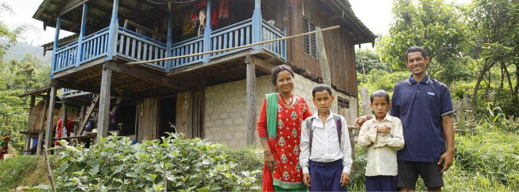Con el apoyo de un Programa Conjunto de las Naciones Unidas, esta familia nepalesa aumentó sus ingresos convirtiendo un campo de producción de grano en uno de vegetales de alto rendimiento. Foto ONU Mujeres/Narendra Shrestha.
