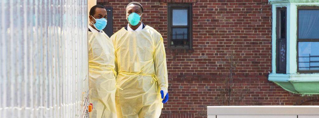 Personal del hospital Mount Sinai en Astoria, en el barrio de Queens (Nueva York), con mascarillas y ropa protectora durante el brote de COVID-19. Foto ONU/Evan Schneider