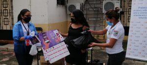 200 adolescentes y mujeres adultas reciben kits de higiene y canastas alimenticias