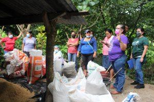 Lee más sobre el artículo ORMUSA en el territorio, capacita a mujeres en creación de huertos caseros en Cantón El Socorro, San Antonio Masahuat